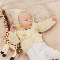 Ребенок в 2 месяца спит на спине с игрушкой