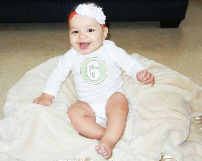 Ребенок в 6 месяцев в красивом костюмчике