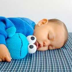 Малыш спит, обнимая игрушку
