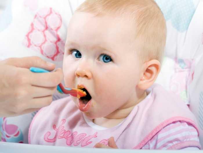 Ребенка в 7 месяцев кормят пюре с ложечки