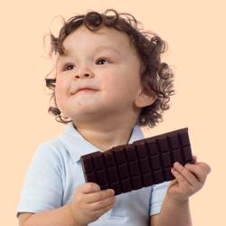 Ребенок держит плитку шоколада