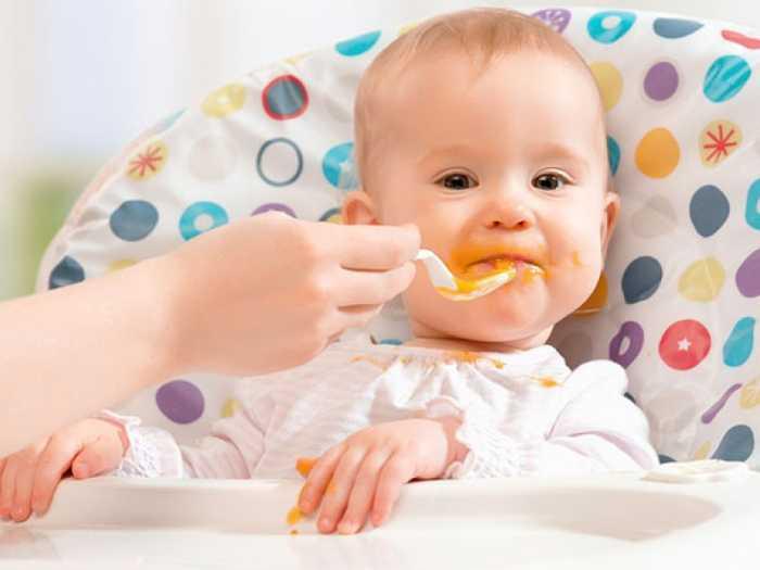 Малыша кормят пюре