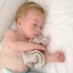 Малыш обнимает игрушку во время сна