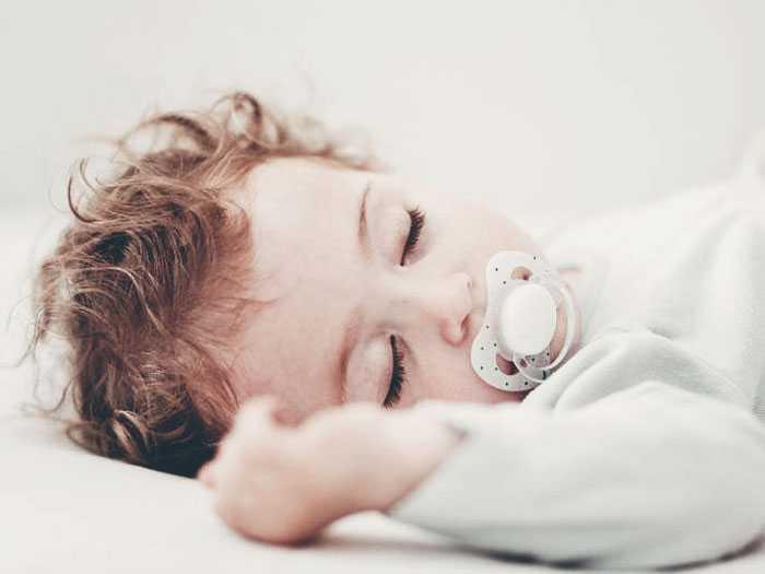 Ребенок спит в дневное время