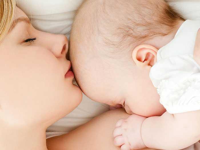 Мама спит с грудничком