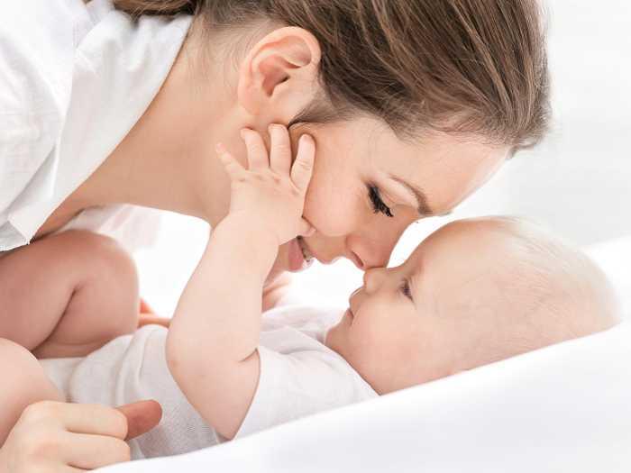 Мама играет с малышом перед дневным сном