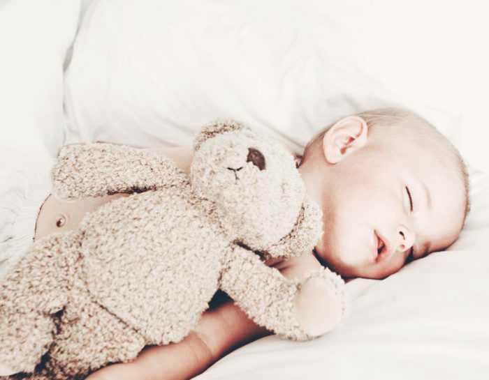 Как спит ребенок в 8 месяцев с игрушкой