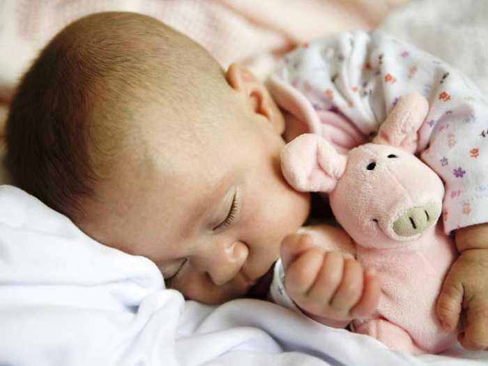 Ребенок во сне обнимает игрушку