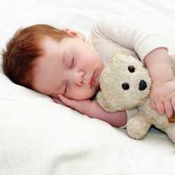 Дневной сон ребенка с игрушкой