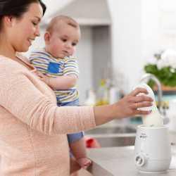 Мама разогревает молоко из холодильника