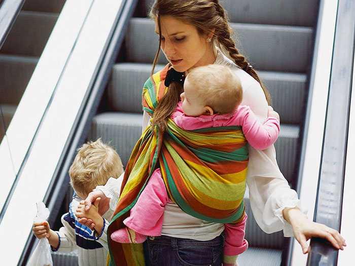 Использование слинга помогает маме передвигаться свободно по улице