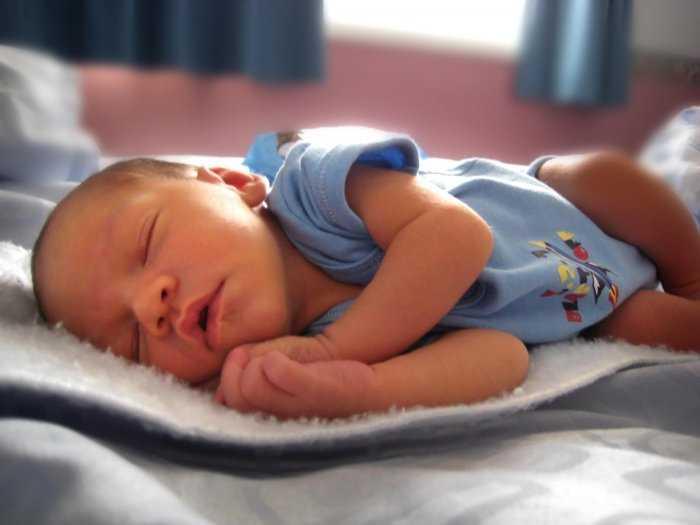 Как правильно должен спать новорожденный малыш