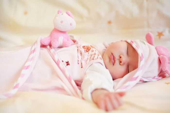 Новорожденная девочка с игрушкой
