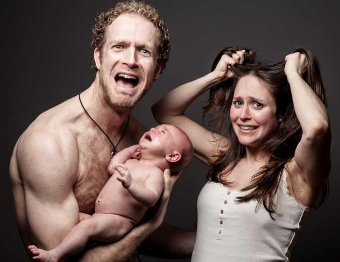 Ребенок плачет на руках у родителей