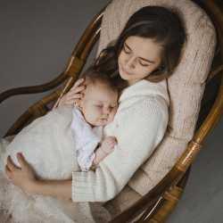 Мама задремала с ребенком на руках