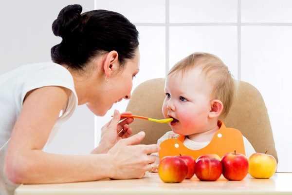 Яблоки входят в рацион маленьких детей