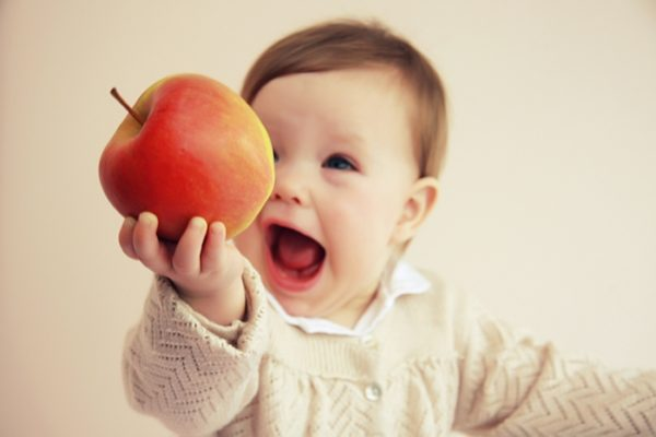 Давать яблоки малышу можно в возрасте 4 месяцев