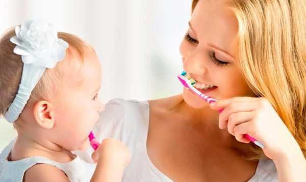 Чистка зубов малыша сохраняет их здоровье
