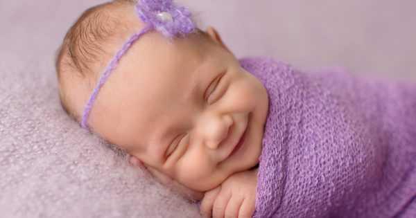 Ребенок улыбается в ответ