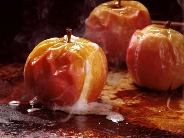 Печеное яблоко очень полезно для грудничка