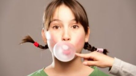 Что будет, если ребенок проглотит жвачку и что делать в таком случае