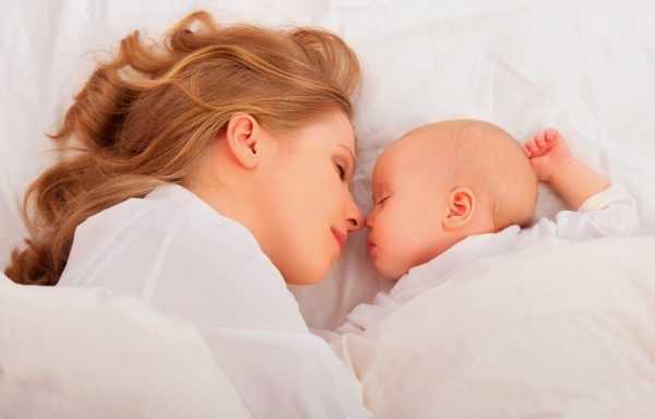 Ребенок может спать и один, и с мамой