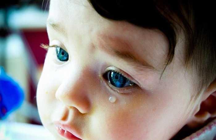 При закупорке слезного канала слеза перестает омывать глаза.