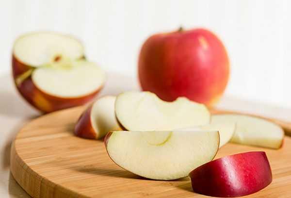 Яблоки полезны для кормящей мамы и младенца